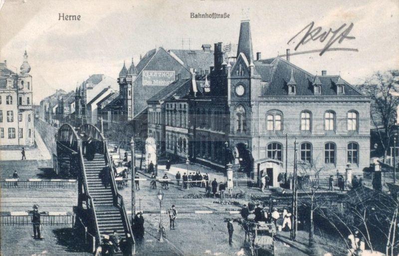 Alter Bahnhof mit Fußgängerbrücke und Kaiserliches Postamt, nach Norden schauend, 1907, Foto Stadtarchiv Herne