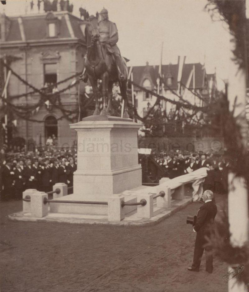 Der Monarchist Hermann Schaefer weiht das Kaiser-Wilhelm-Denkmal am 27. September 1903 im Kreuzungsbereich Schul- und Oststraße (der späteren Schaeferstraße) ein, Foto Stadtarchiv Herne