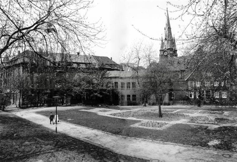 Kraft-Messing-Platz mit Umriss der St. Dionysiuskirche, Foto Bildarchiv Herne