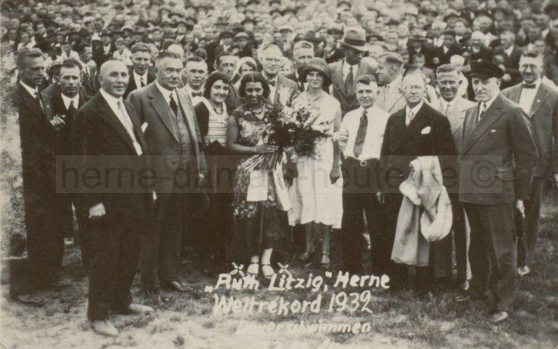 Gruppenbild nach dem Herner Weltrekord im Dauerschwimmen, Foto Stadtarchiv Herne