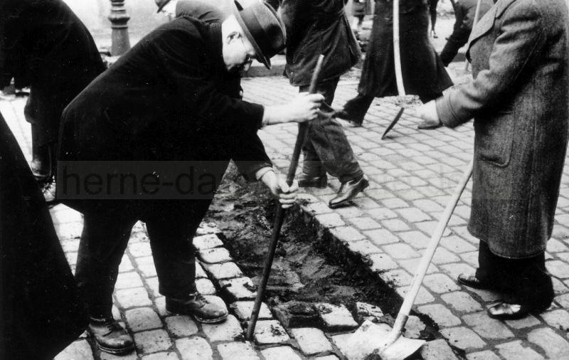 Bau der Straßensperren in der Baumstraße, März 1945. Foto Bildarchiv Herne