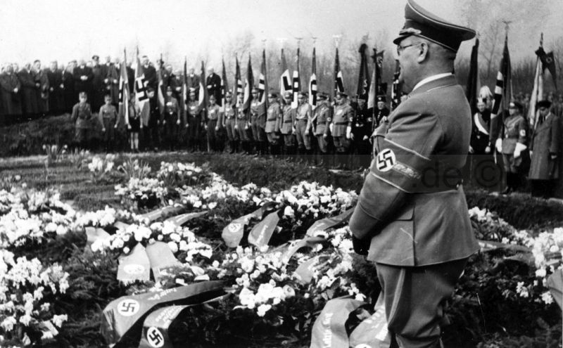 """Karl Nieper bei der propagandistischen Beisetzung der Opfer des Luftangriffs vom 30. März 1943 auf dem Südfriedhof. Im Juli 1943 notierte er in sein Tagebuch: """"An eine deutsche Niederlage denkt kein vernünftiger Mensch."""" Foto Bildarchiv Herne"""