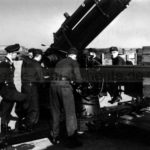 """Luftwaffenhelfer in der Flakbatterie am Stadtgarten, 1943. Kurz vor dem Einmarsch der US-Armee wurde die """"Festung Stadtgarten"""" aufgrund von Munitionsmangel aufgegeben. Foto Bildarchiv Herne"""