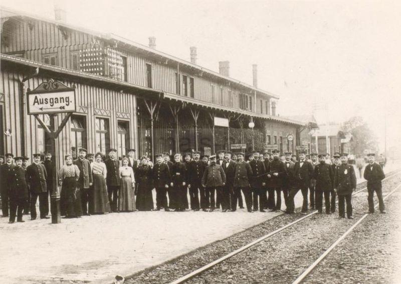 Personal vor dem alten Bahnhof Wanne, Foto Stadtarchiv Herne