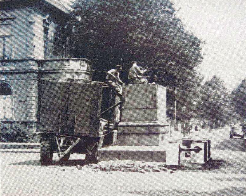 Demontage des Kaiser-Wilhelm-Denkmals, Repro Stadtarchiv Herne