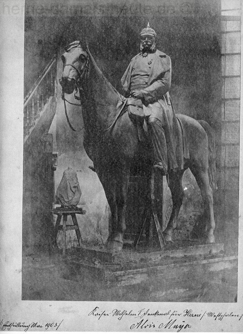 Das fertiggestellte Kaiser-Wilhelm-Reiterstandbild, das Foto wurde vom Künstler Alois Mayer 1903 gefertigt, Repro Stadtarchiv Herne