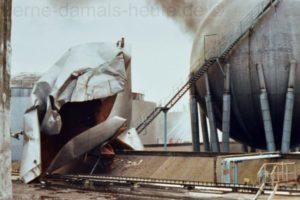 Der deformierte Deckel des Kessels lag 50 Meter weiter im Tankgelände. Sammlung Stefan Kuhn