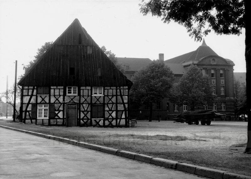 Der zurückgebaute Bergelmanns Hof, im Hintergrund rechts das Amtsgericht, 1950er Jahre, Foto Stadtarchiv Herne