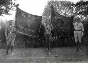 Im Stadtgarten von Wanne-Eickel, links Organisationsleiter der KPD Heinrich Hoff. Da städtischer Rasen betreten wurde, gab es Ärger mit der Polizei. Repro Norbert Kozicki