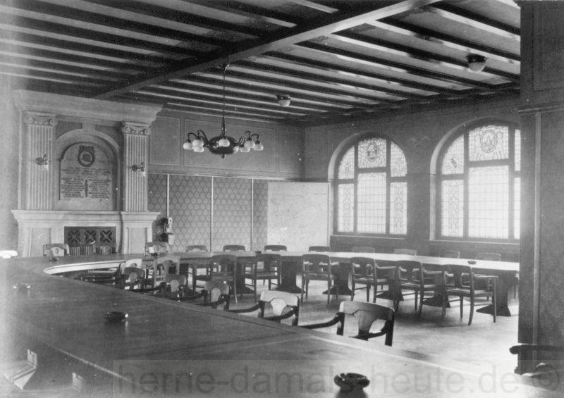 Der Sitzungssaal mit Gedenktafel für die im Ersten Weltkrieg (1914-1918) gefallenen Eickeler Verwaltungsmitarbeiter (links), 1925, Repro Stadtarchiv Herne