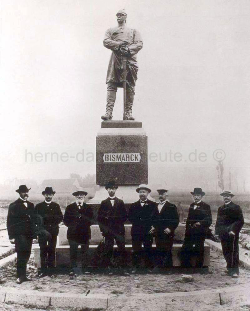 Enthüllung des Bismarck-Denkmals am 26.06.1904 in Anwesenheit von Amtmann Karl Berkermann (vierter von rechts), Foto Stadtarchiv Herne