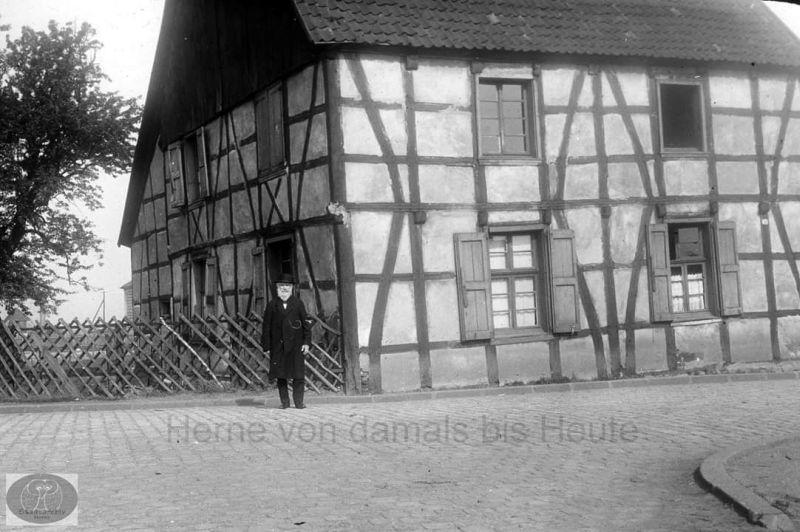 Friedrich Brockhoff vor der Cranger Schule, um 1910, Foto Stadtarchiv Herne
