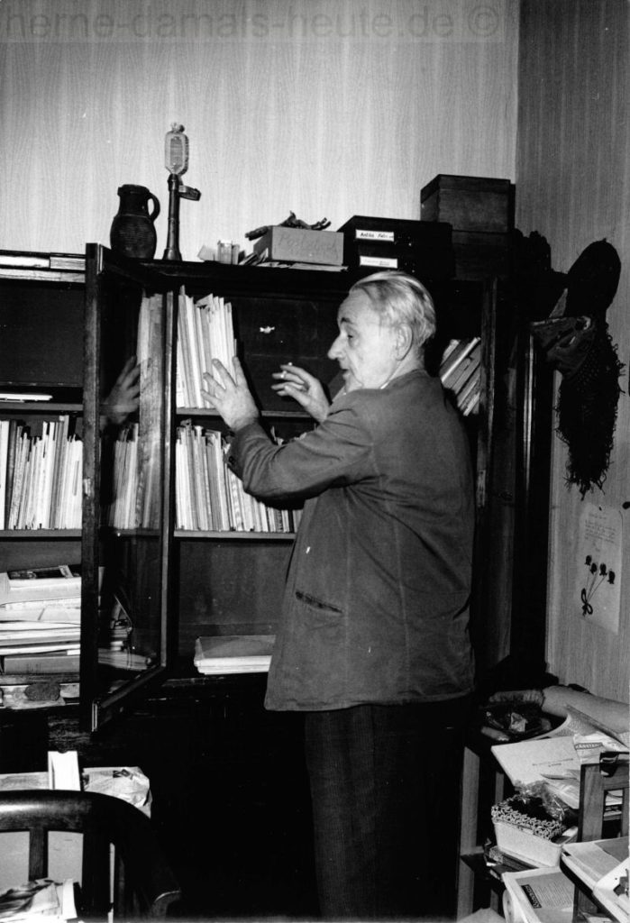 Der wackere Zeitungsschreiber Karl Brandt auf der Suche nach alten 'Hün un Perdün'-Artikeln? Karl Brandt im Oktober 1966, Foto Robert Grabski