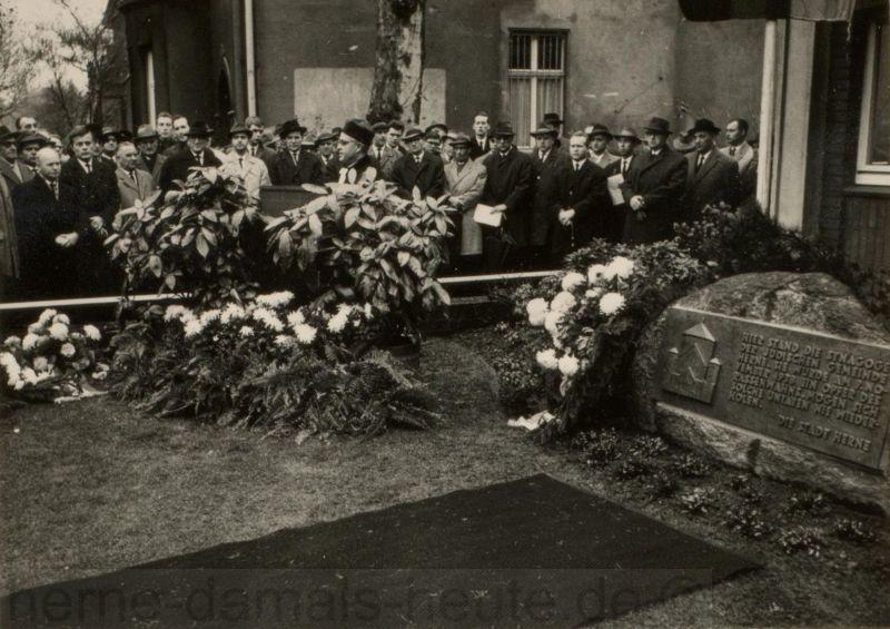 Enthüllung des Gedenksteines am ehemaligen Standort der Synagoge Herne, rechts im Bild Oberbürgermeister Brauner, 10. Noember 1963, Foto Stadtarchiv Herne
