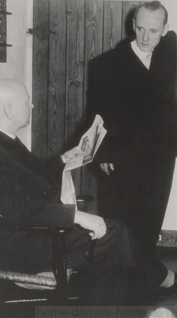 arl Brandt im Gespräch mit Dr, Leonhard Reiners (links), frühe 1950er Jahre, Repro Stadtarchiv Herne