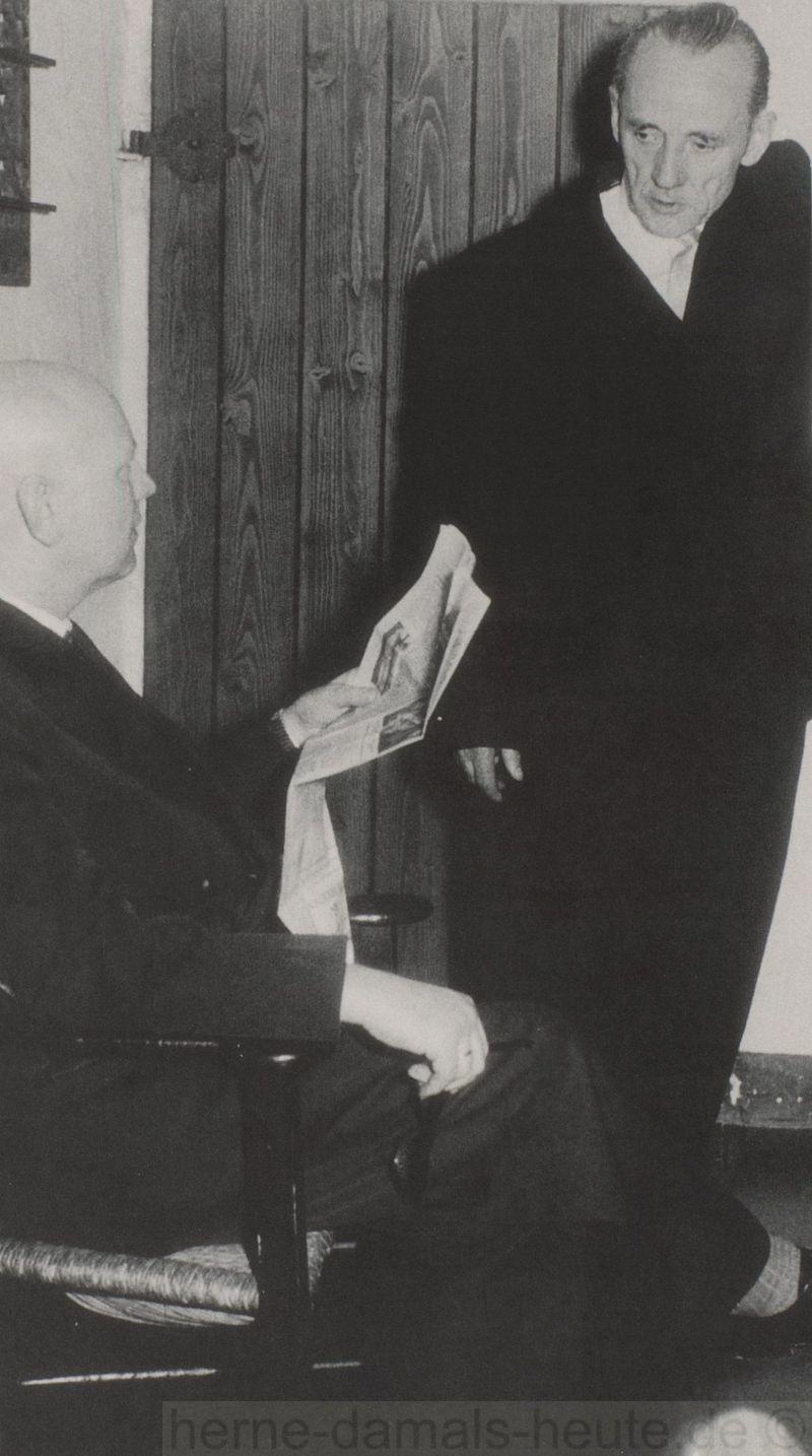 Karl Brandt im Gespräch mit Dr, Leonhard Reiners (links), frühe 1950er Jahre, Repro Stadtarchiv Herne