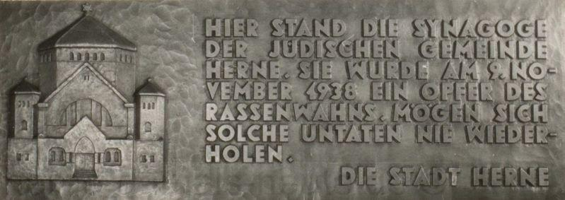 Tafel auf dem Gedenkstein am ehemaligen Standort der Herner Synagoge, Foto Stadtarchiv Herne