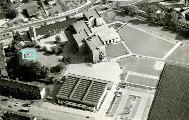 Luftbildaufnahme des Schulzentrums Sodingen, der jetzigen Mont-Cenis-Gesamtschule, mit Plastikgruppe, Mitte 1970er Jahre, Repro Stadtarchiv Herne