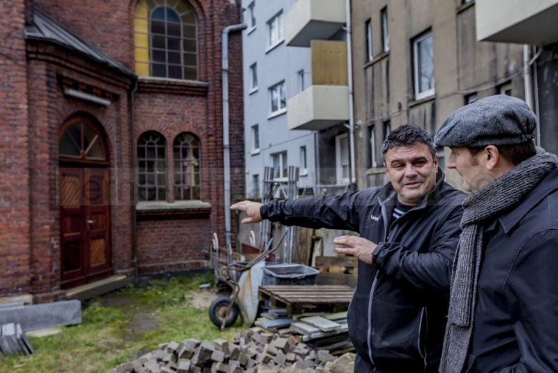 """Voller Stolz zeigt Nenad Illic Redakteur Christoph Hüsken """"seine"""" Kirche. © Frank Dieper, Stadt Herne"""
